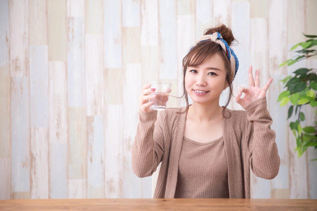 冷酒を飲む女性
