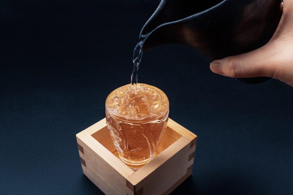 グラスに並々と注ぐ日本酒