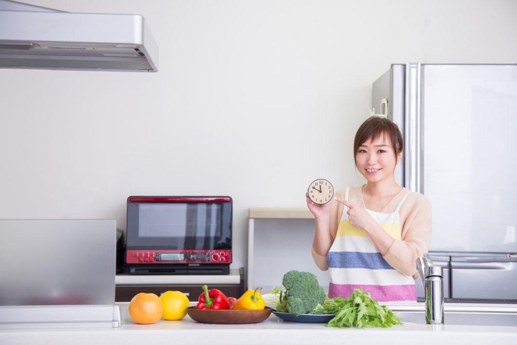 時短料理する女性