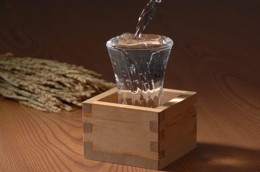 マスに入ったグラスに注がれる日本酒