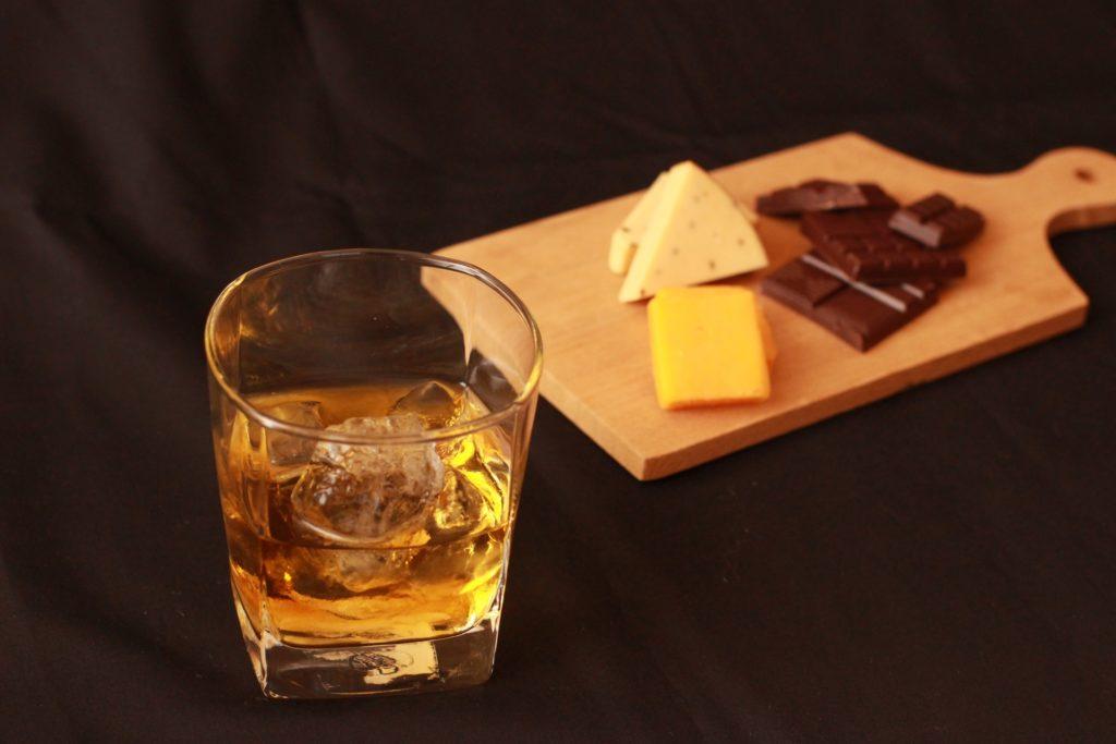 古酒のロックとチーズ